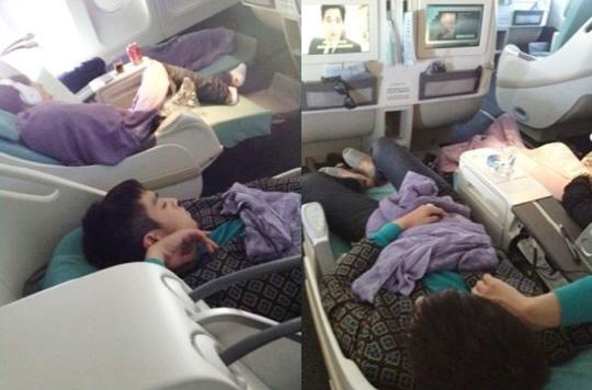 中国粉丝公开了BigBang成员T.O.P在飞机上熟睡的照片。 最近,在某网络社区公告板上出现一张题为《中国粉丝拍到的T.O.P熟睡的样子》的照片。照片中,T.O.P盖着紫色毯子,穿着绿色毛衣和外套正在熟睡。虽然是商务舱,但腿仍有些伸不直,脚上穿的是拖鞋。 看到照片的网友纷纷留言说:在旁边睡觉的人也是BigBang成员?, 中国粉丝的级别就是不一样,这是怎么拍到的, T.