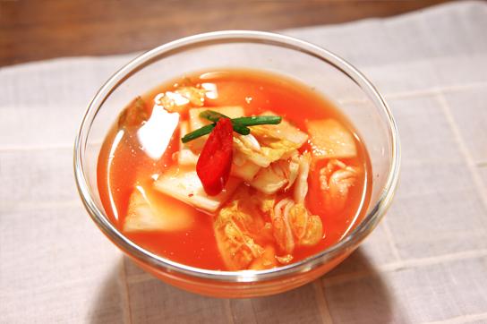 韩国料理中用白萝卜腌制的一种泡菜