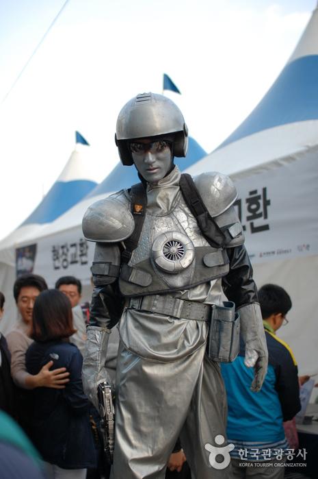 퍼포먼스 공연자, 온통 은빛색으로 칠하고 군인로봇 분장을 한 사람