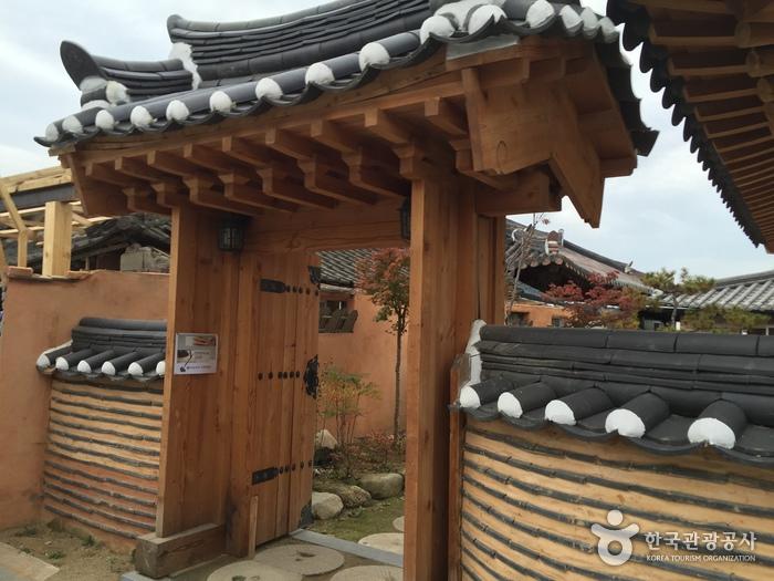 Jeonju Traditional Hanji Center (전주전통한지원)