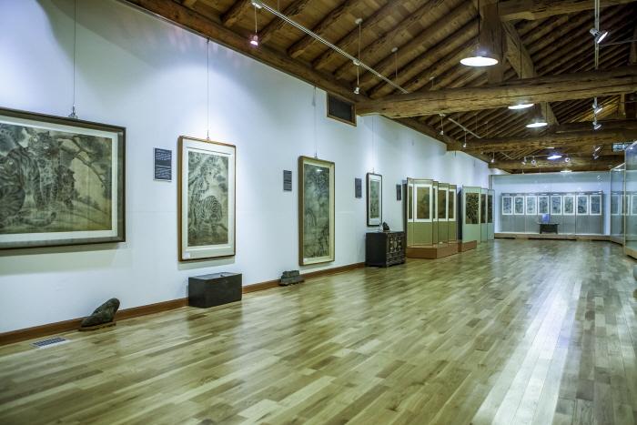 서민의 삶이 녹아든 민화를 볼 수 있는 조선민화박물관 전시실