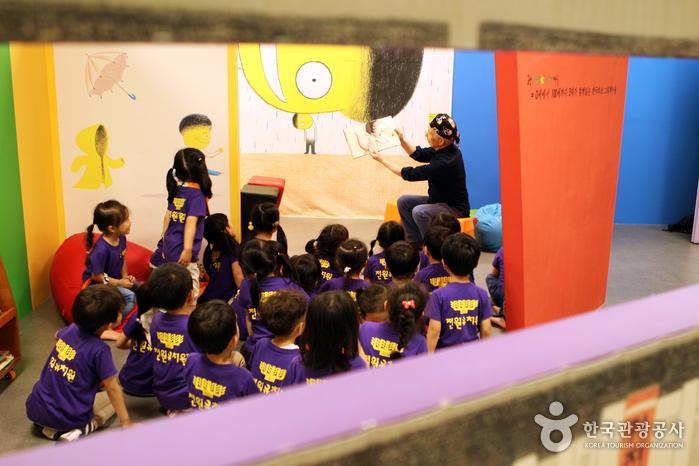 행복한도서관을 방문해 할아버지와 함께 그림책을 보는 아이들