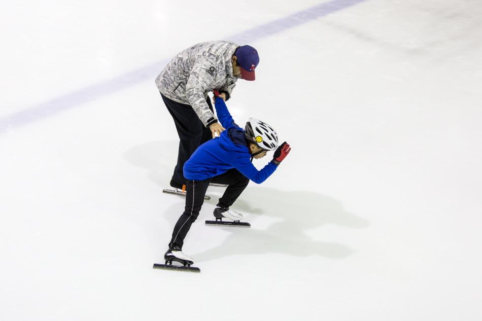 의정부실내빙상장에서 훈련하는 스피드스케이팅 꿈나무