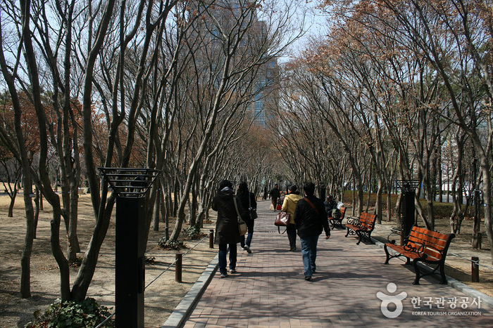 Gukchaebosang Memorial Park (formerly Dongin Park) (국채보상운동기념공원(구, 동인공원))