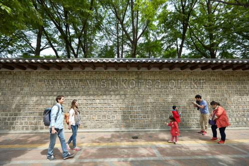 Deoksugung Doldam-gil (Deoksugung Stone-Wall Road) (덕수궁 돌담길)