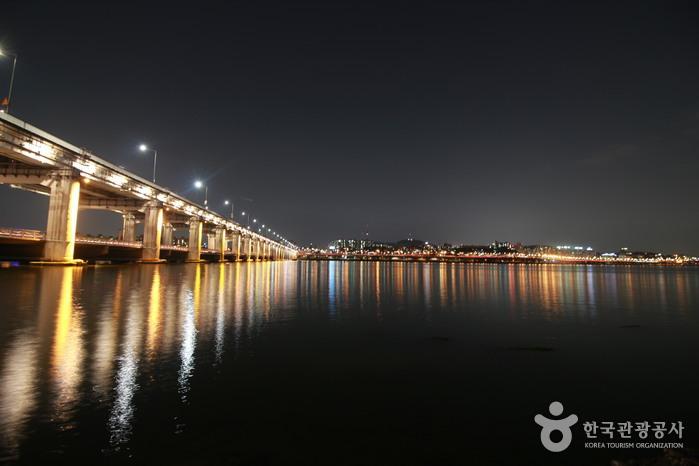 Wasserspiele an der Banpo-Brücke (반포대교 달빛무지개분수)