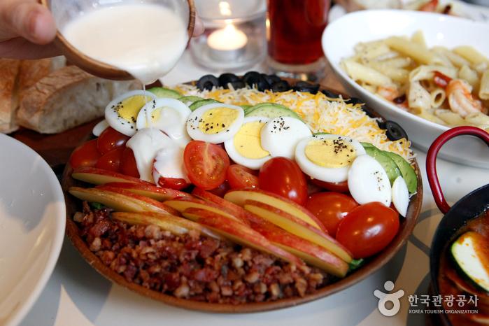 채소와 베이컨, 달걀, 올리브, 치즈가 올라간 코브 샐러드