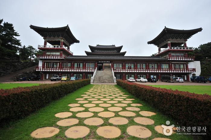 Храм Якчхонса на Чечжудо (약천사(제주))8