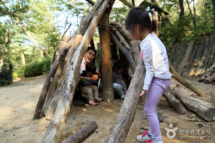 통나무를 들고 나르는 어린이