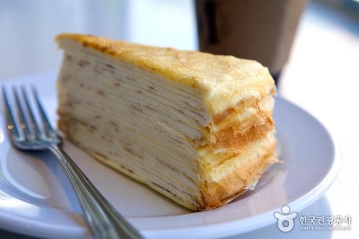 정성이 담긴 20여 겹의 크레이프 케이크