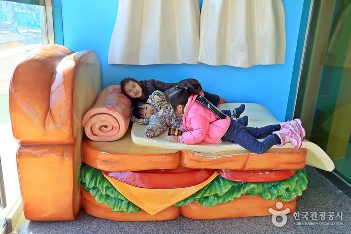 샌드위치 침대에 누워 기념사진을 찍는 포토존