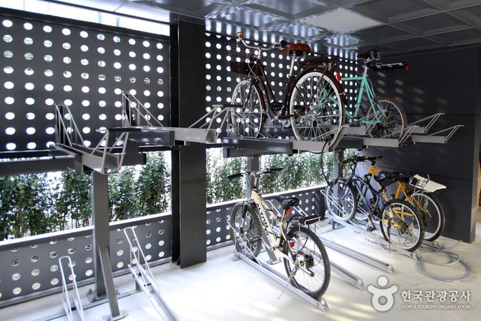 운영사무실 옆에 자전거 주차 공간이 있다.