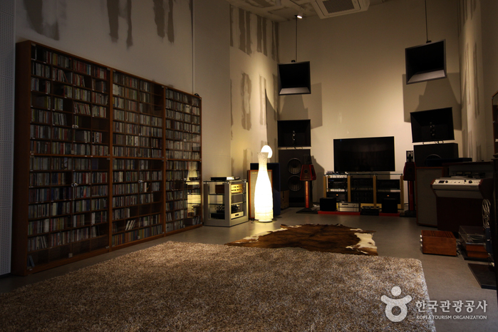 한 번 들어가면 오래 머물며 음악을 듣고 싶어지는 음악감상실. 은은한 조명이 음악 감상에 집중할 수 있게 해준다.