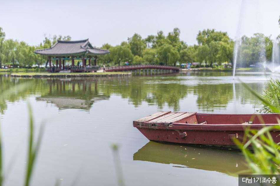 궁남지는 백제의 무왕 시대 때 궁궐의 남쪽에 만든 큰 연못이다.