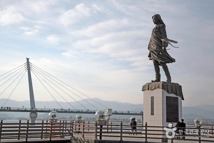 Statue der Jungfrau vom Soyanggang (소양강 처녀상)