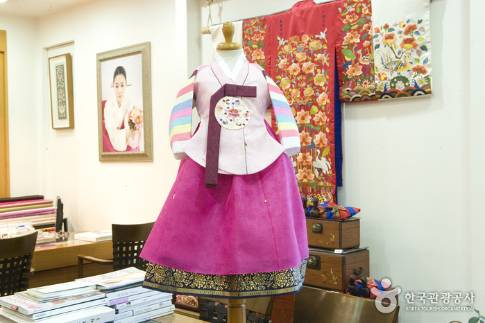 Hansoonrye Korean Traditional Clothes (한순례한복침구)