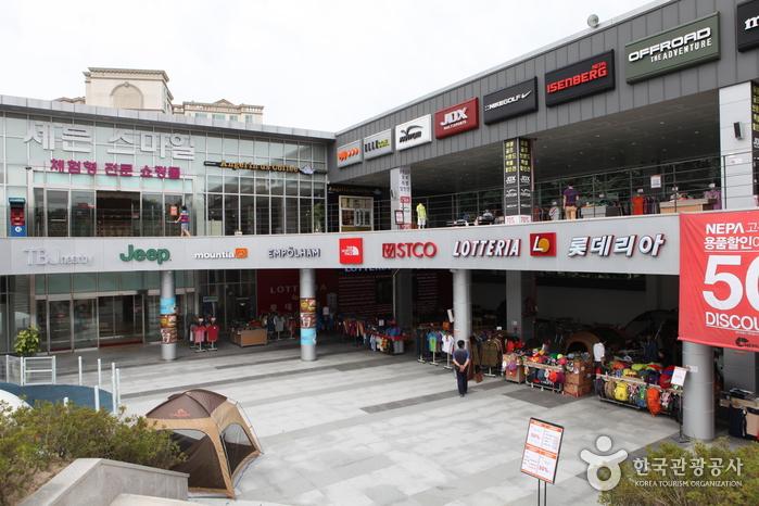 휴식과 식사는 물론 쇼핑까지 즐길 수 있는 기흥휴게소
