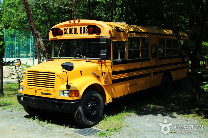 숲속을 걷다 만나는 그림책버스. 노란색 버스가 반가워 아이들이 특히 좋아한다.