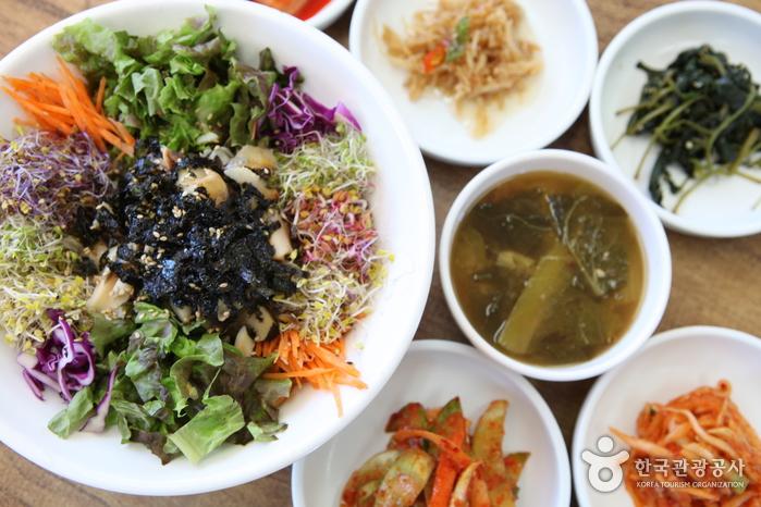 화려한 색감을 자랑하는 '하늘정원' 식당의 소라비빔밥
