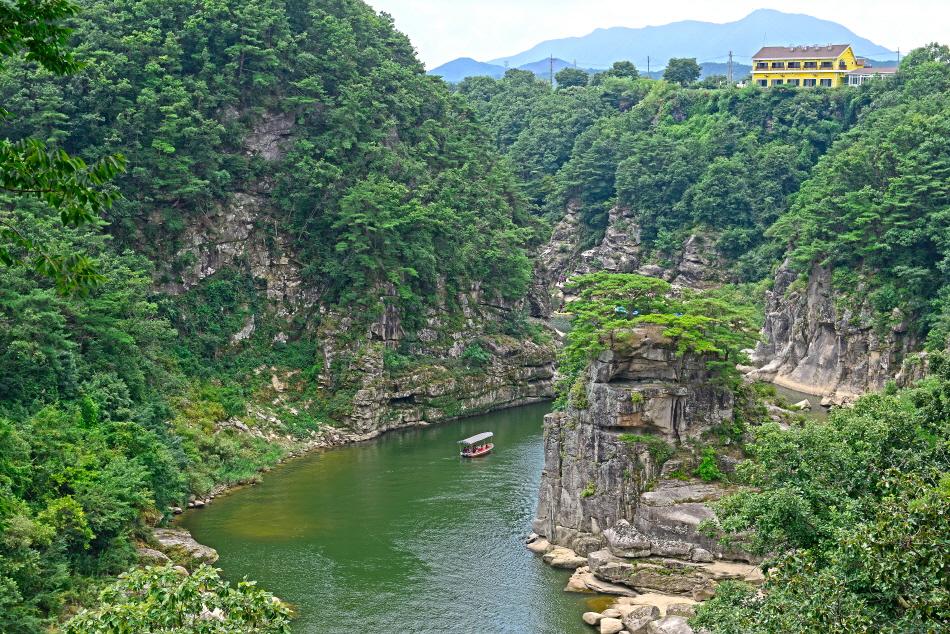 한탄강과 기암절벽이 절경을 이룬 고석정
