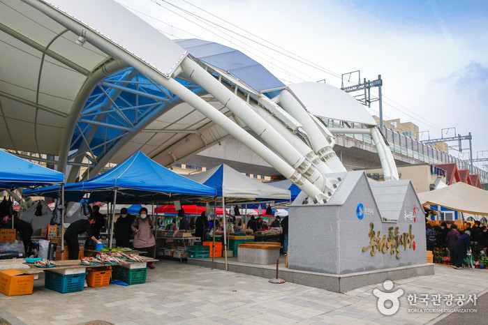 Chuncheon Folk Flea Market (Fifth-day Market) (춘천 풍물시장 / 풍물장 (2, 7일))