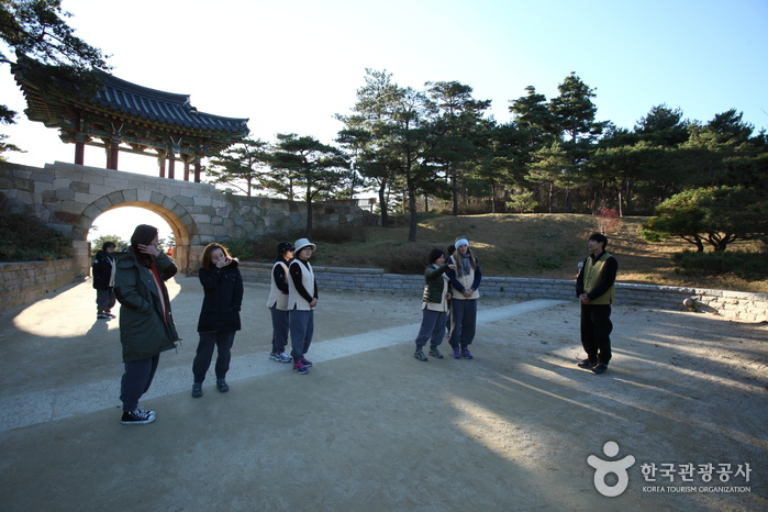 낙산사 정문인 홍예문에서 템플스테이 체험객들이 사찰 안내를 받고 있다.
