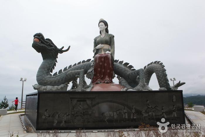 수로부인 헌화공원의 조각상