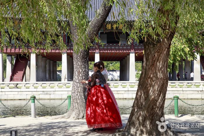 한복을 차려입고 궁궐 나들이에 나선 여행자