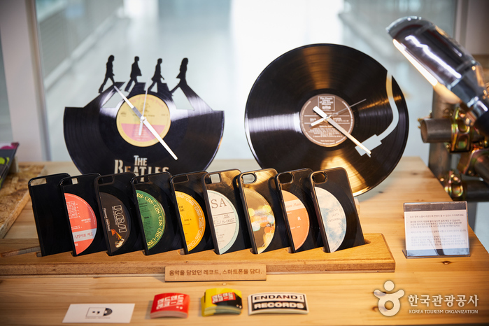 LP판으로 만든 시계와 스마트폰 케이스