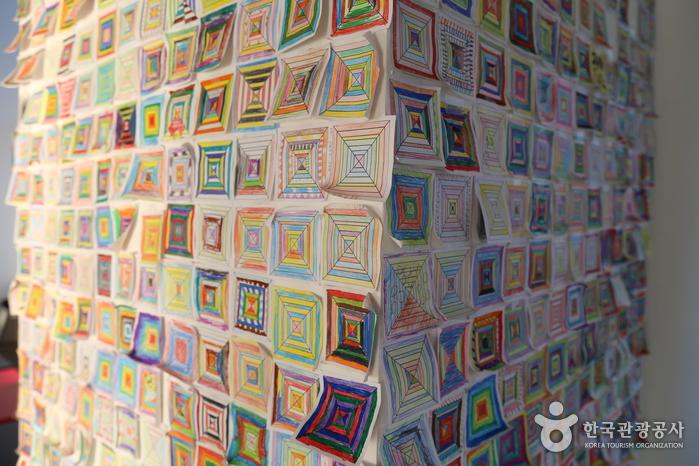 아이들의 작품으로 꾸민 벽