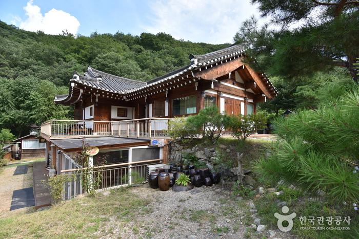 Kiwajip Poongyeong (Scenery of Tile-roofed House) [Korea Quality] / 기와집풍경 [한국관광 품질인증]