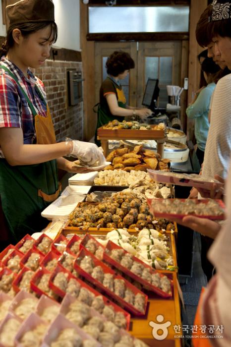 만두의 종류가 다양해 골라 먹는 재미가 있다.