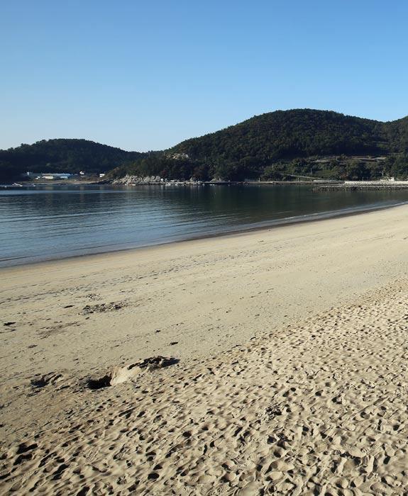 금산 아래 은빛 해변에서 더위를 잊다