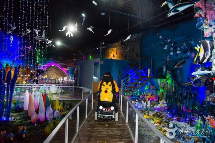 유리로 산호숲을 재현한 테마전시관