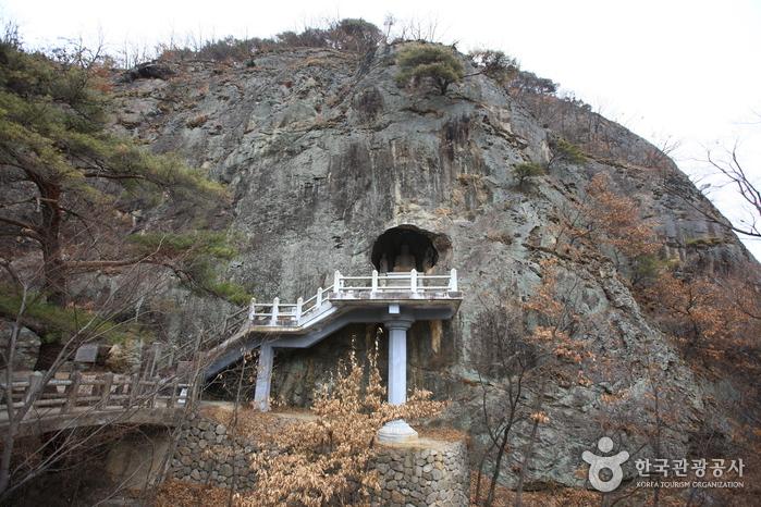 Gunwi Buddha Triad Grotto (2nd Seokguram) (군위 아미타여래삼존 석굴)