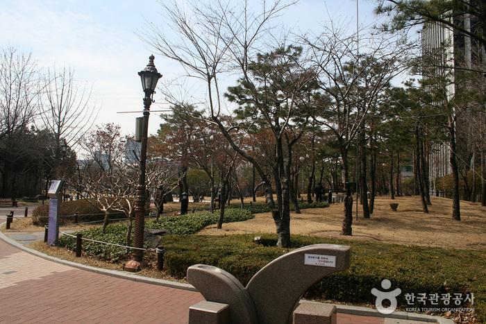 Мемориальный парк движения за погашение государственного долга (국채보상운동기념공원) (старое название Парк единомышленников)12
