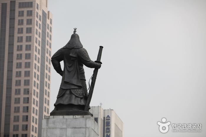 Estatua del Almirante Yi Sun-shin (충무공 이순신 동상)9