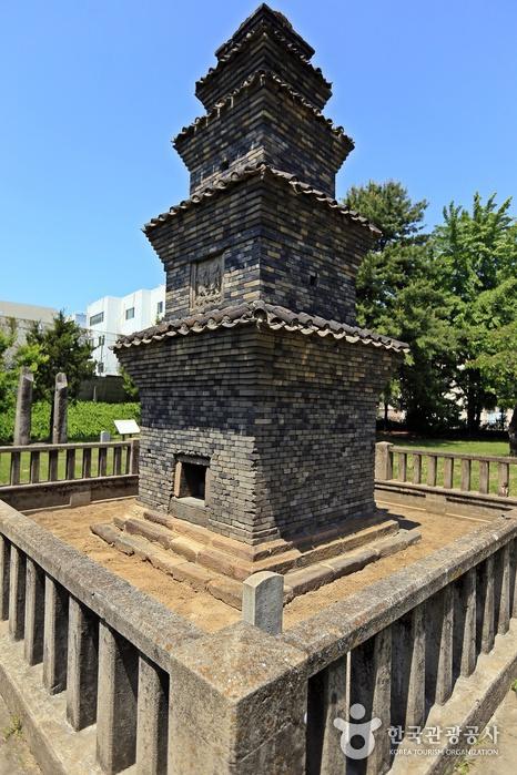 安東雲興洞 幢竿支柱と五層塼塔(안동 운흥동 당간지주와 오층전탑)
