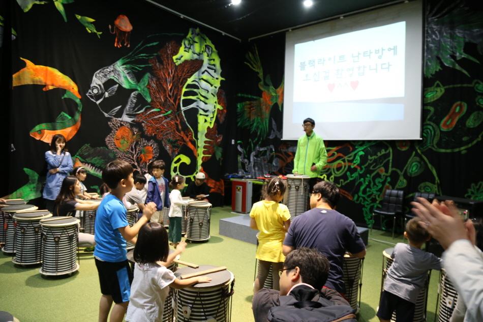 아이들이 모여서 난타수업을 받고있다.