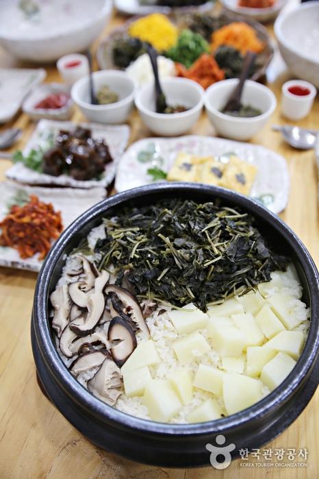 먹음직스러워 보이는 점봉산산채산나물천국의 강원나물밥 차림.