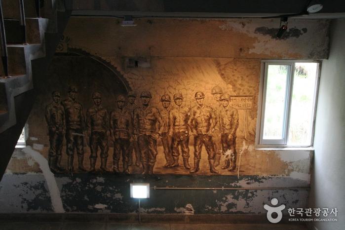삼탄아트센터 계단을 오르내리며 만나게 되는 벽화들