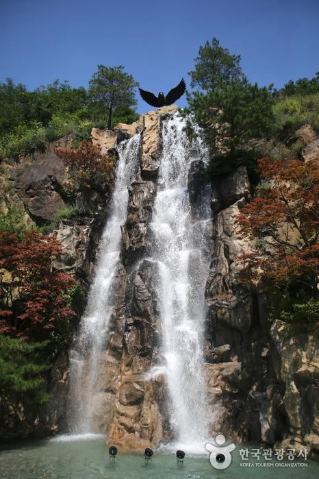 수리산을 의미하는 독수리와 인공 폭포