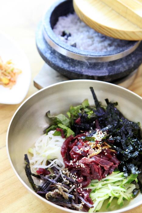 돌솥밥이 같이 나오는 한우촌웰빙가의 육회비빔밥