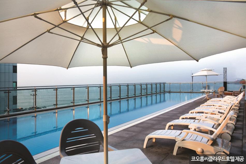 해운대해수욕장이 내려다보이는 야외 수영장