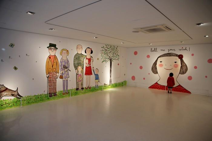 레드 스페이스에서 전시 중인 스페인 여류화가 에바 알머슨의 작품들