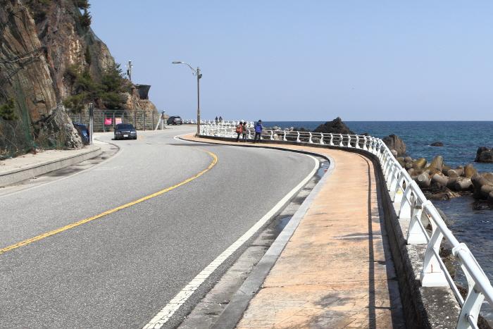 왼쪽에 절벽이 있고, 오른쪽에 바다가 펼쳐진 금진해변-심곡항 구간