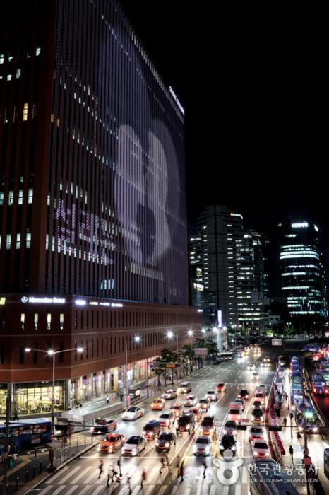 서울로7017에서 바라본 서울스퀘어 야경. 외벽을 스크린 삼아 펼쳐지는 미디어 파사드 쇼가 화려하다
