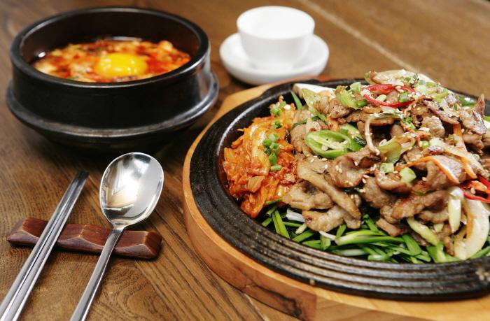 Insa-dong Doodaemunjip (인사동 두대문집)