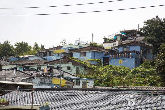언덕 비탈면에 옹기종기 모여 있는 집들