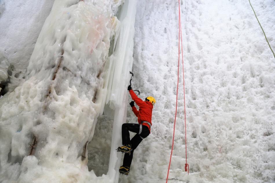 초보자도 사전 교육을 받으면 빙벽 등반 체험이 가능하다.